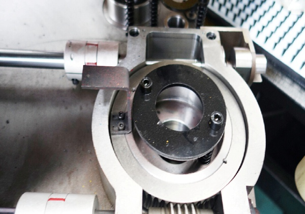 (六)、采用 O型(闭式)钢板焊接机身,经高温回火处理,彻底消除焊接产生的内应力去除,避免机身变形;送料托架采用一次装夹加工工艺,避免因二次装夹重复定位产生的平行度和平面度公差过大造成的送料速度不稳定、损伤导轨滑块、丝杆螺母滚珠;送料托架外侧设有调整螺栓,使得送料托板具有微调功能,解决了因使用年限久,所产生的自然变形无法调整的弊端。 (七)、焊接件、铸造件均经过回火处理,消除内应力;所有机加工配件,全部在公司内部加工完成(精密部件全部由加工中心完成),经检测合格后装配,有效的控制了每个部件的加工精度